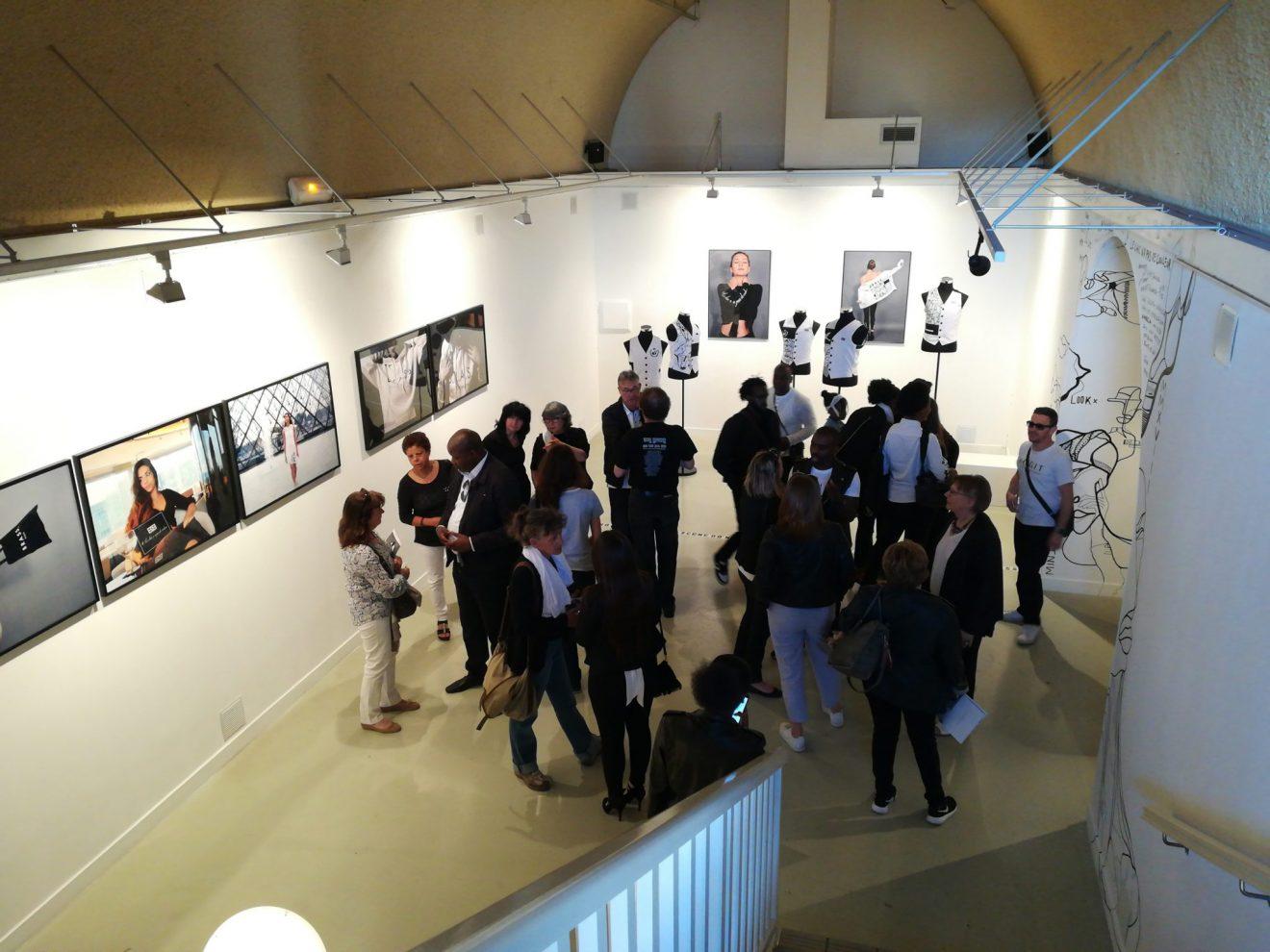 La salle d'exposition Les Réservoirs durant le vernissage de l'exposition de Berthold Bilukidi le 18 mai 2018